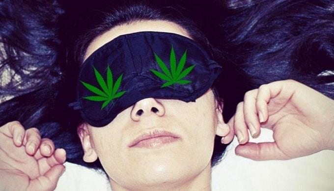 Mujer durmiendo con tapa para los ojos